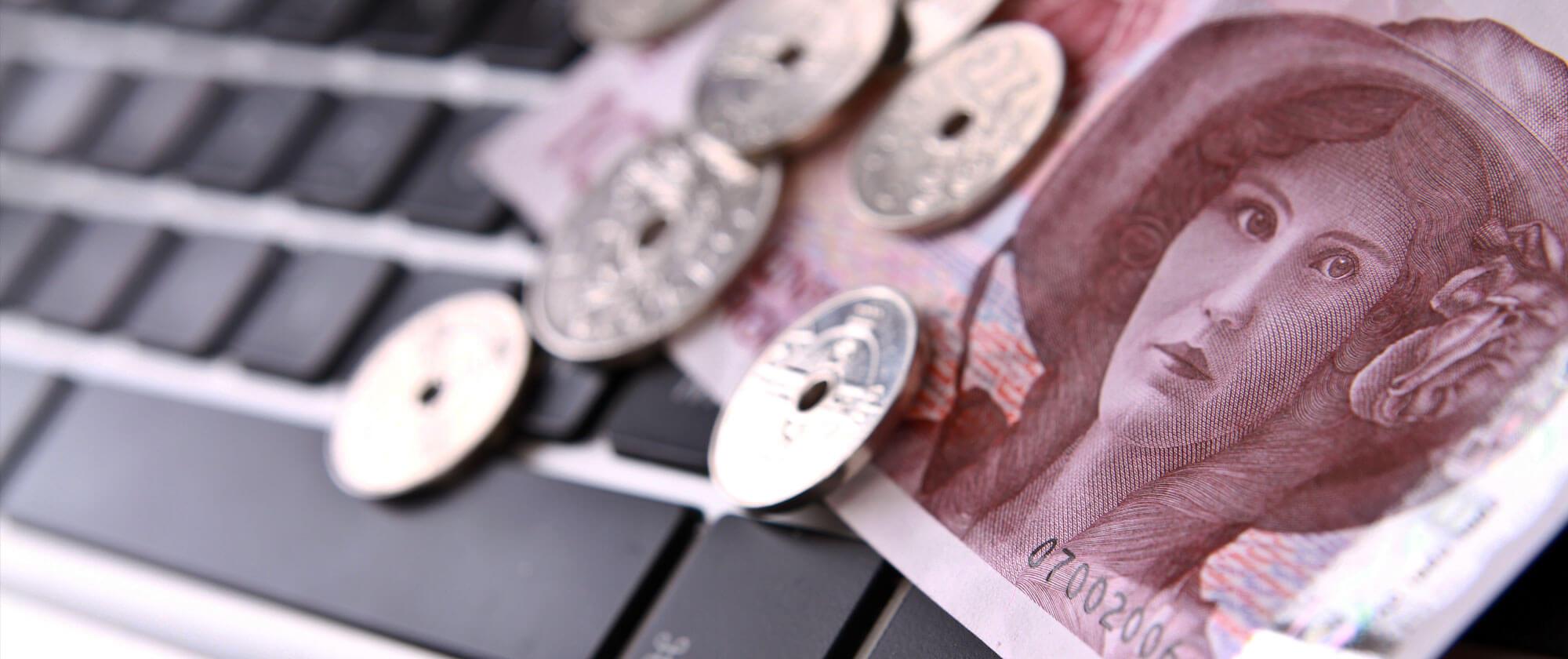 Norske penger på et tastatur