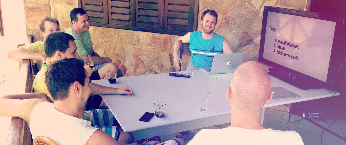 Conta-ansatte rundt et bord
