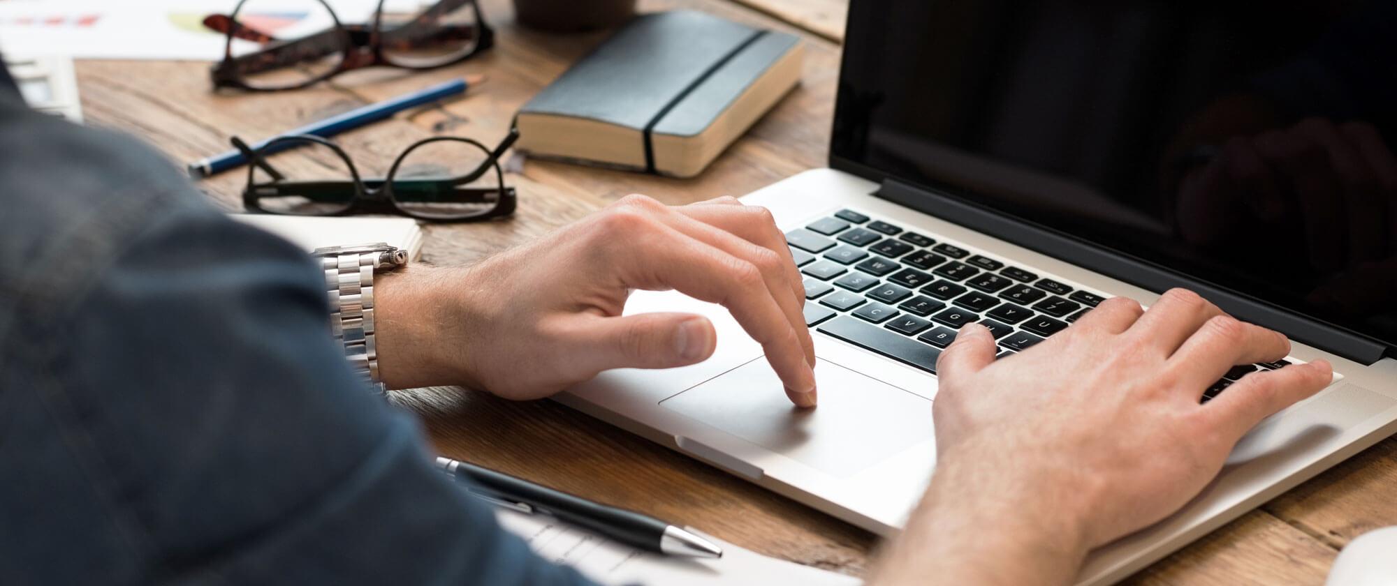 Person som bruker laptop