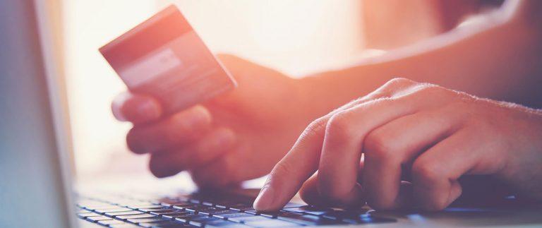Person som kjøper noe med kredittkort på nett