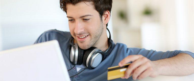 mann med kredittkort