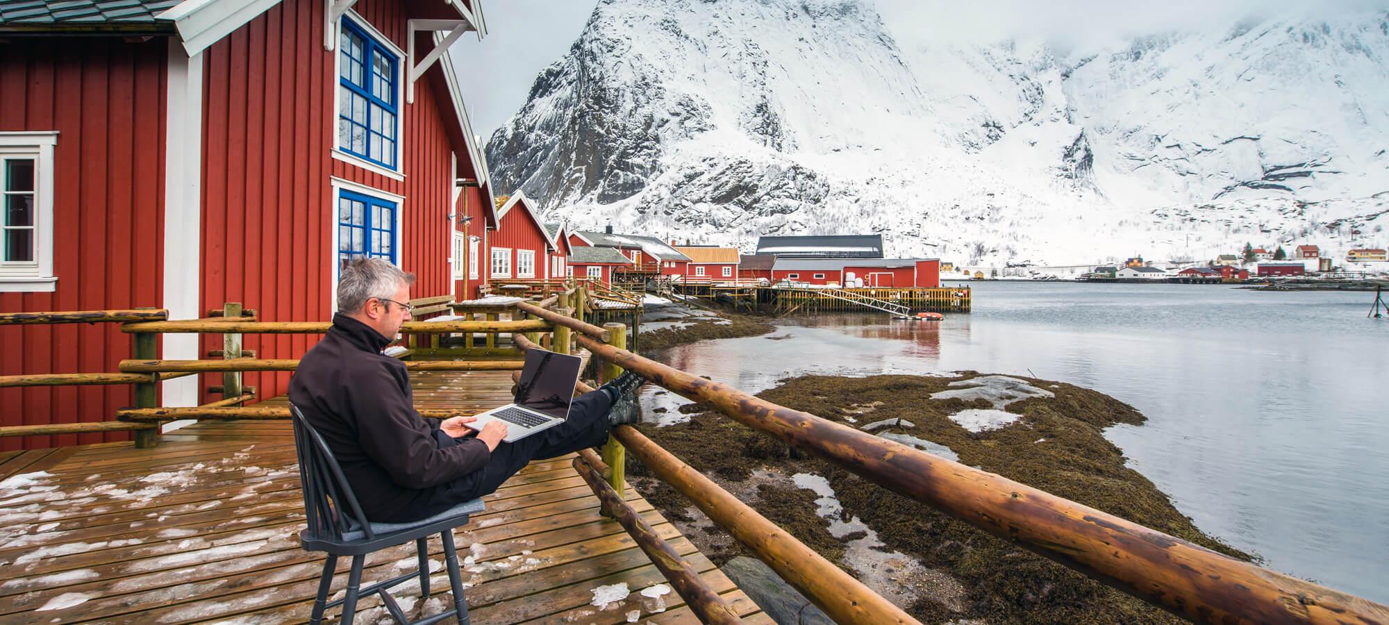 mann med laptop ute i naturen