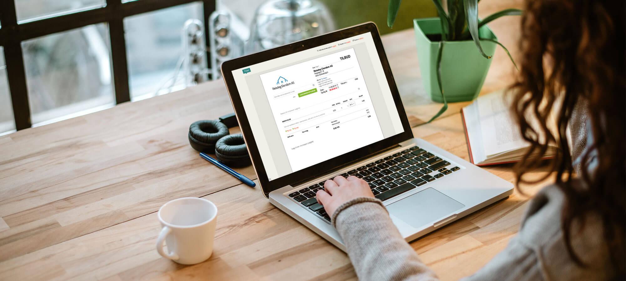 Kvinne med Conta Salg på laptop