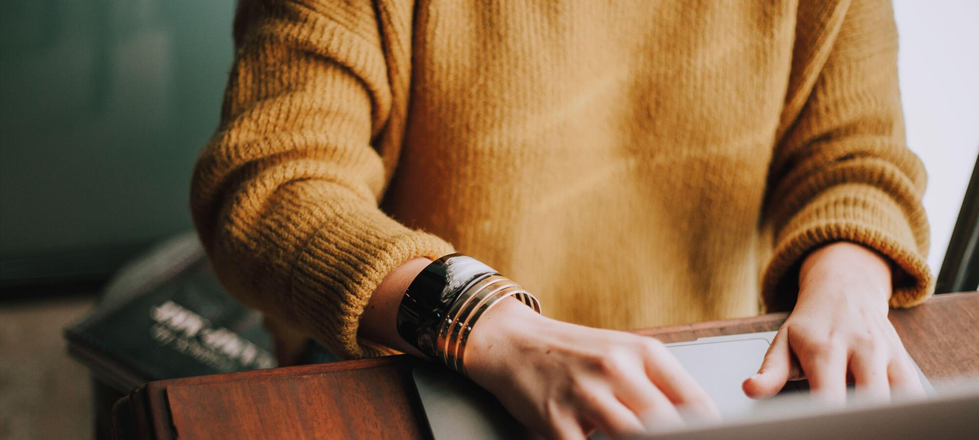 En person som skriver på en laptop