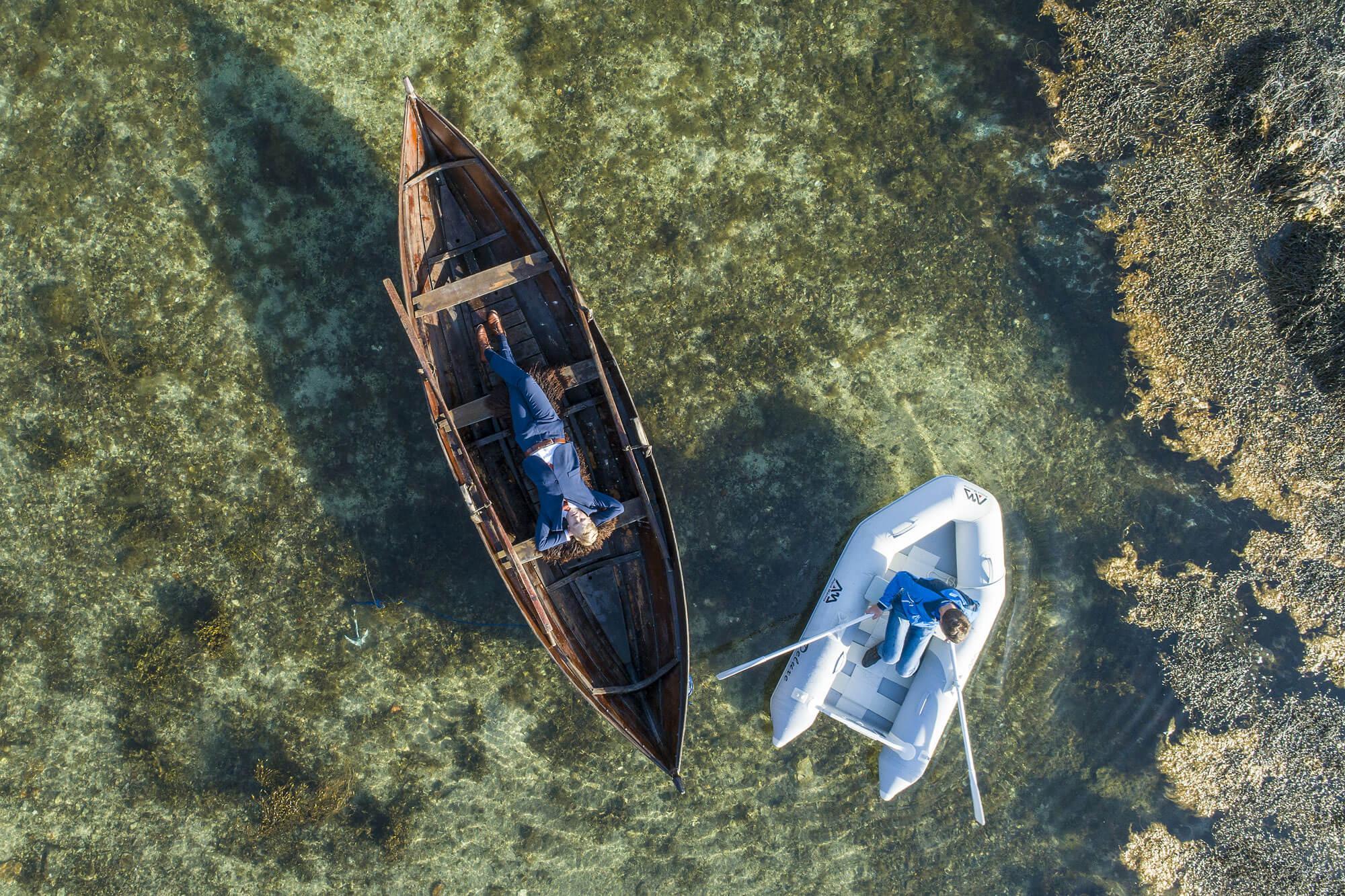 To gutter i båter, sett ovenfra