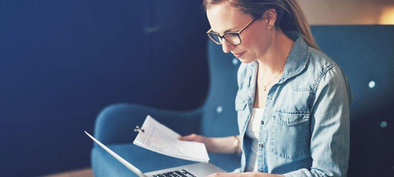 Kvinne som arbeider på en laptop