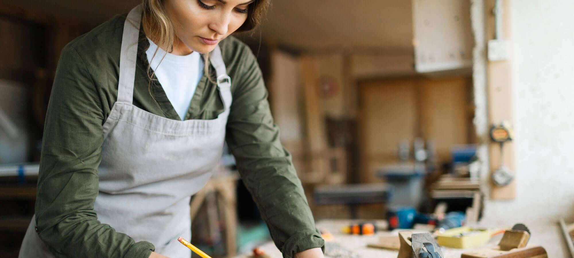 Håndverker som arbeider i et verksted