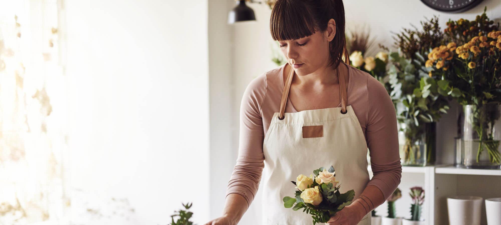 Kvinne som legger opp blomster