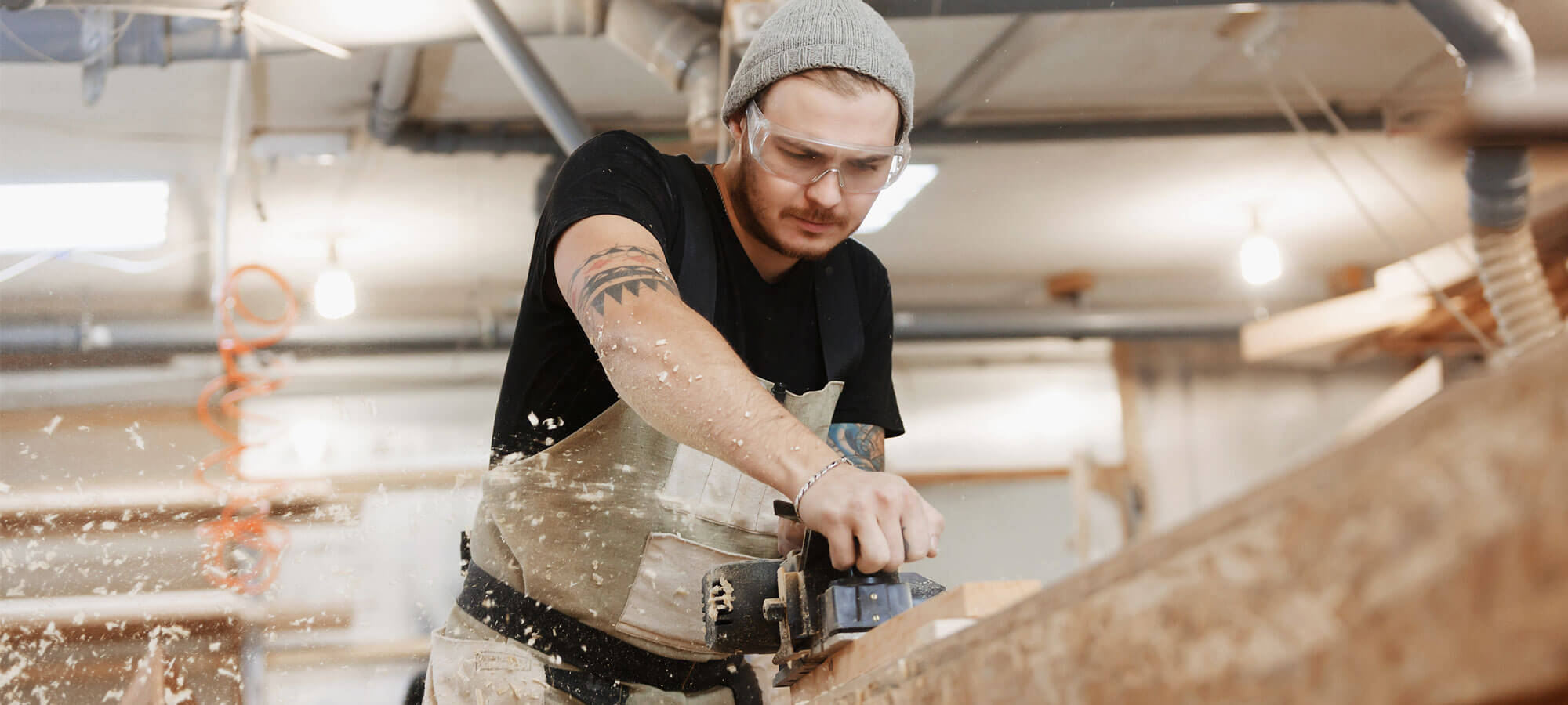 Håndverker som arbeider