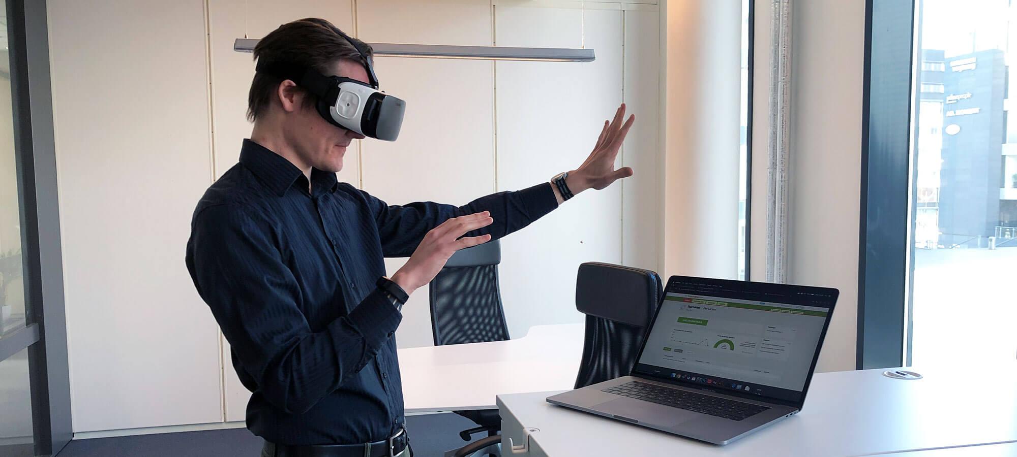 Person som sender faktura med VR-briller