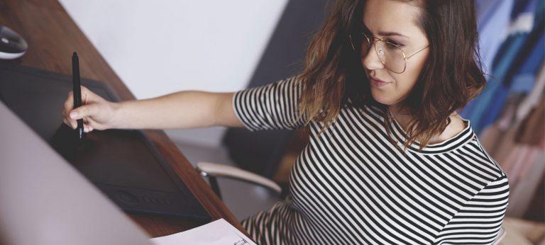 Kvinne som jobber med design