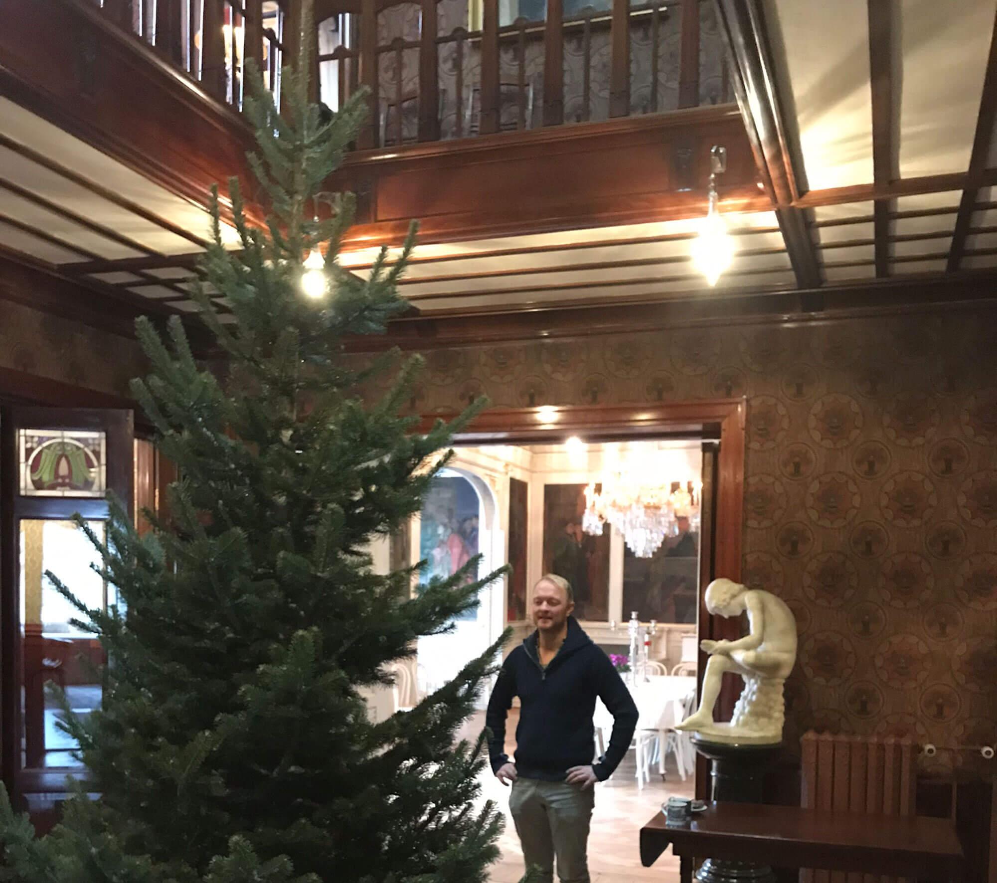Juletre inne i et hus